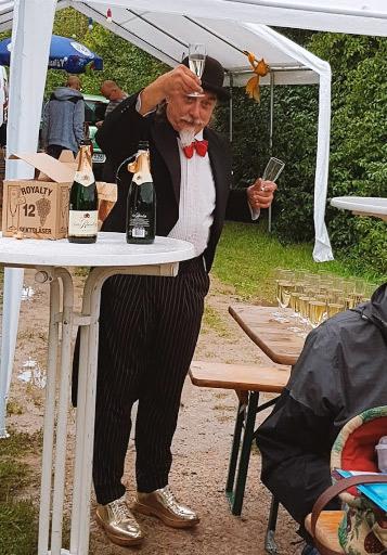 Lutz Jahr begrüßt die Gäste freundlichst mit einem Glas Sekt
